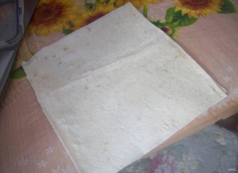 1.Тонкий лаваш разрезаю на небольшие квадратики, из которых буду сворачивать конвертики.