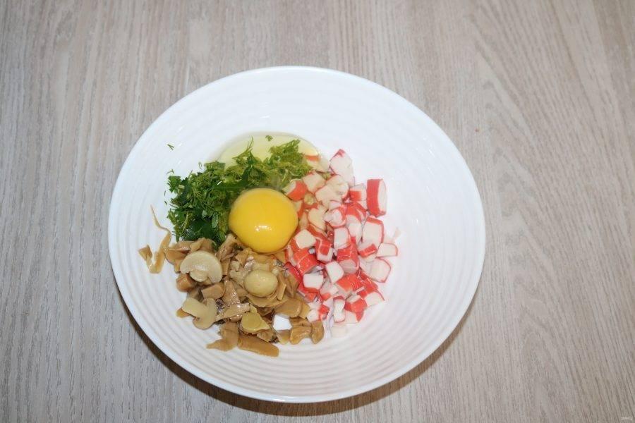 Добавьте куриное яйцо. Перемешайте.
