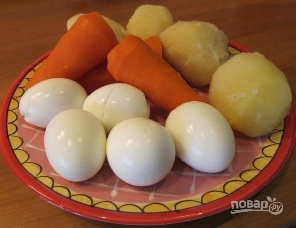 1. Овощи отварите до готовности, остудите и очистите. Яйца сварите вкрутую. Сделать это можно заранее.