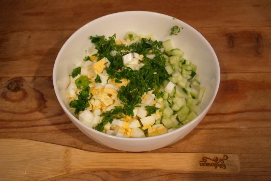 Яйца отварить и нарезать кубиками. Измельчите зелень  (можете выбрать ту, что больше любите).