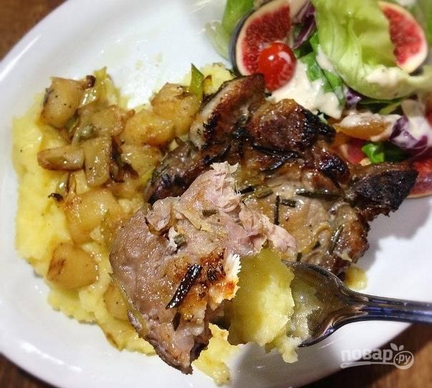 Выложите яблоки на тарелку, а сверху добавьте кусок мяса. Подавайте горячим с картофельным пюре на гарнир!