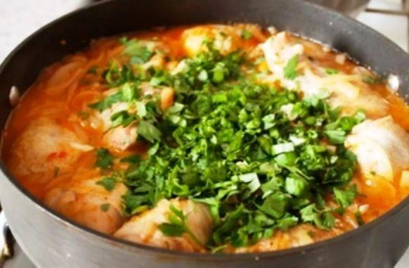 Добавьте к курице обжаренный лук, готовьте еще полчаса. Затем добавьте острый перец, соль, специи и зелень. Перемешайте и протушите еще минут 7. На стол подавайте с рисом или картофельным пюре.