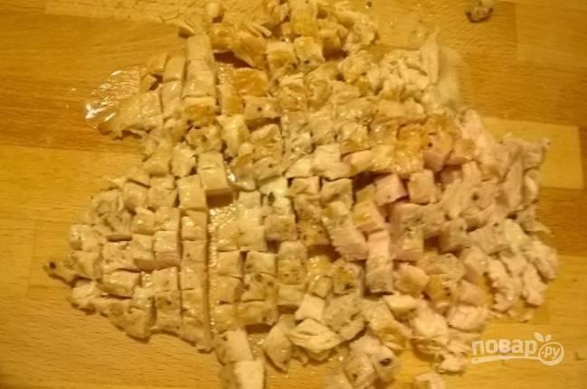 Нарезаем куриное мясо небольшими кубиками.