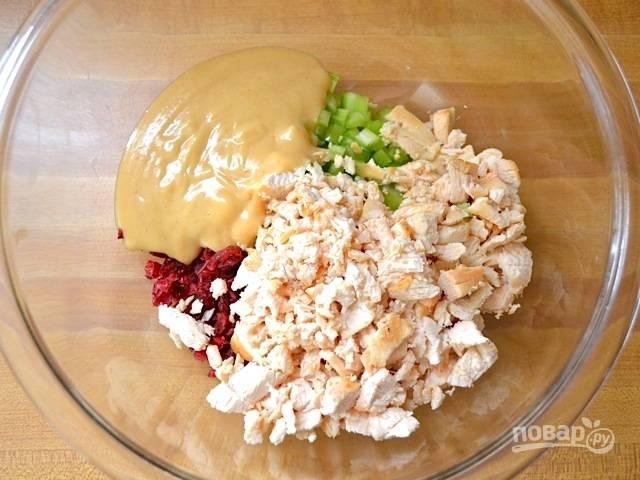 6.Выкладываю курицу в салатник, поливаю все продукты в миске приготовленным горчично-медовым соусом.