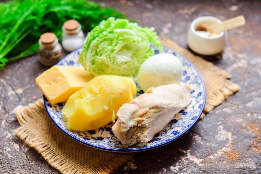 Подготовьте ингредиенты. Куриное филе, яйца и картофель заранее отварите до готовности.