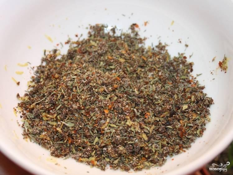 Теперь нужно приготовить смесь специй. Тимьян, чёрный душистый перец, майоран, а также перец чили перемелите в ступке и перемешайте, чтобы получить ароматную приправу. Всыпьте её в томатный сок с мякотью.