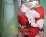 В стерилизованные банки разложите подготовленные овощи. Сперва залейте кипятком, а через 5 минут слейте кипяток и залейте патиссоны горячим рассолом, добавив ложку уксуса. Банки закатайте и переверните до полного остывания. Приятного аппетита!
