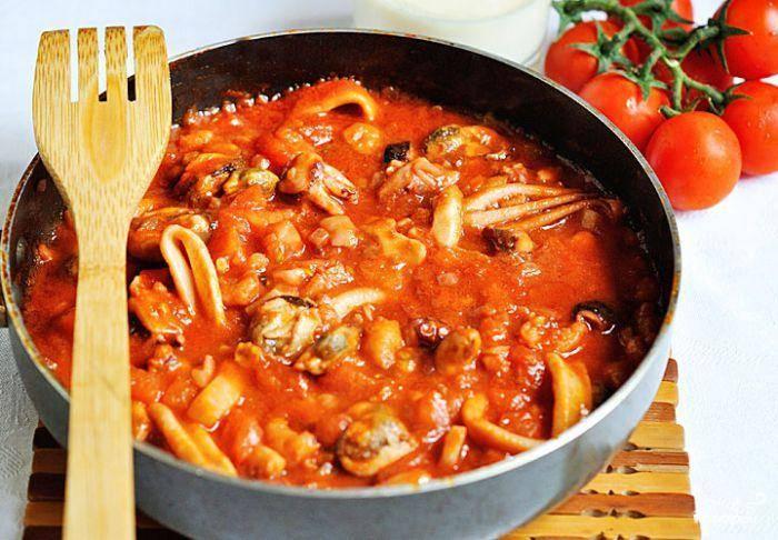 Добавляем в сковороду наш морской коктейль, обжариваем минут 5, после чего заливаем все томатным пюре и тушим до приобретения нужной густоты - около 5 минут.