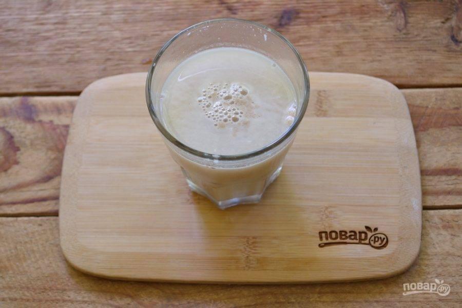 В стакане теплой воды разведите дрожжи, добавив к ним немного сахара и соли.