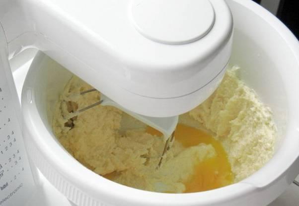 Отделяем белки от желтков, белки кладем в холодильник. Маргарин растираем с сахаром, добавляем желтки и щепотку соли, муку, соду и лимонную кислоту. Замешиваем тесто, скатываем его в шар и кладем в пакет. Оставляем в холодильнике на полчаса.