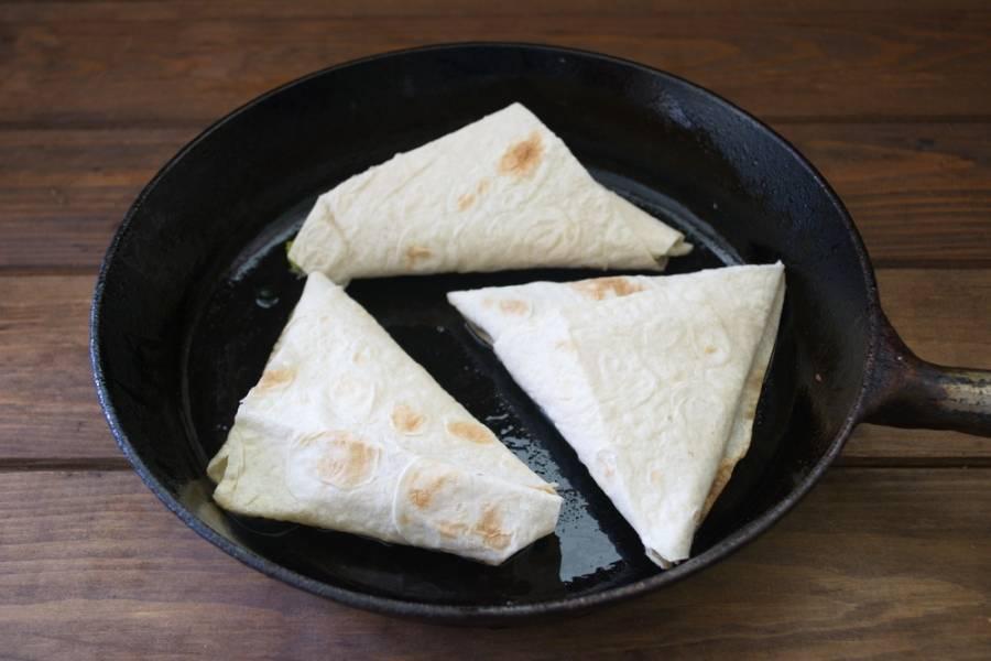 На сковороде обжарить лавашики с двух сторон. При необходимости добавьте немного растительного масла.