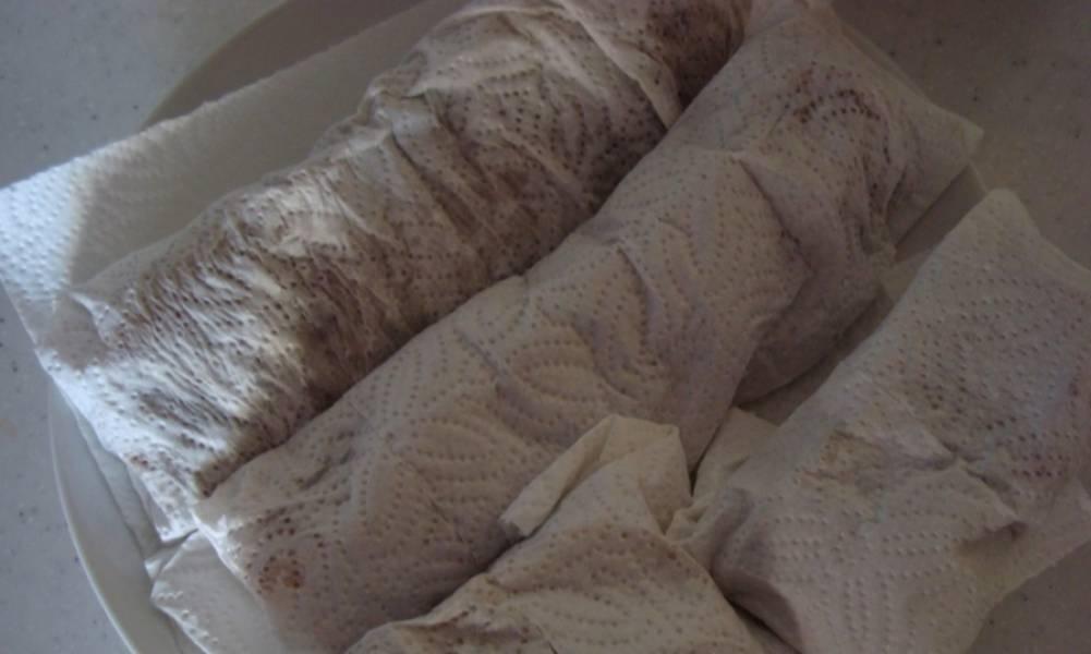 Если полотенце намокнет, меняем его. Бастурму переворачиваем в холодильнике пару раз.