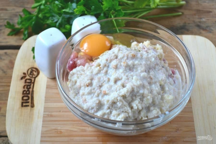 Хлеб слегка отожмите от молока (а можете даже и не отжимать: сочнее получатся котлетки) и также пропустите через мясорубку. Добавьте к фаршу вместе с яйцом.