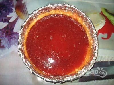 3. Примерно половину ягод измельчите в блендере с сахаром. Влейте треть растворенного желатина и тщательно перемешайте. Выложите в форму и разровняйте.
