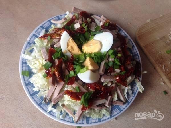 Затем — вяленые помидоры, яйца и нарезанный зеленый лук. Поливаем смесью оливкового масла и лимонного сока. Можно посыпать молотым перцем.