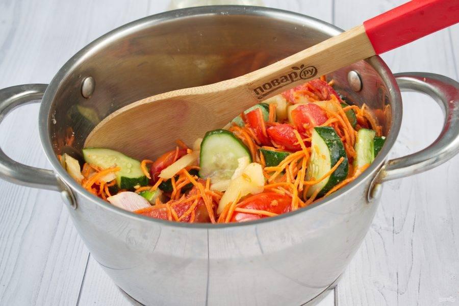 Соедините все нарезанные овощи в кастрюле, добавьте соль, сахар, растительное масло. Перемешайте, оставьте на 1 час в прохладном месте.