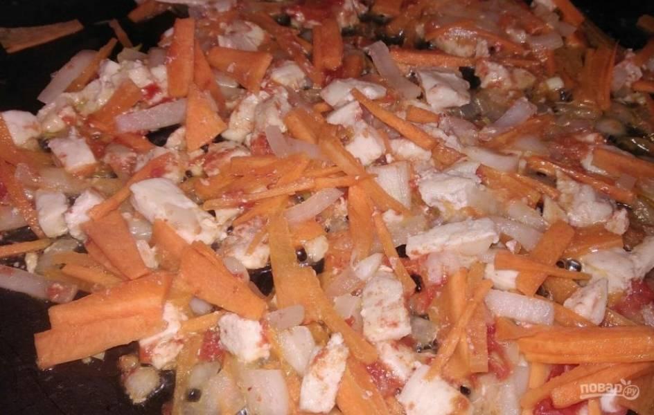 4. А также порежьте лук и морковь. Отправьте к нашему мясу овощи и жарьте на слабом огне.