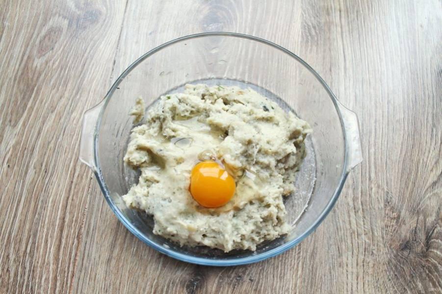 В фарш добавьте яйцо, посолите и поперчите. Все хорошо перемешайте.