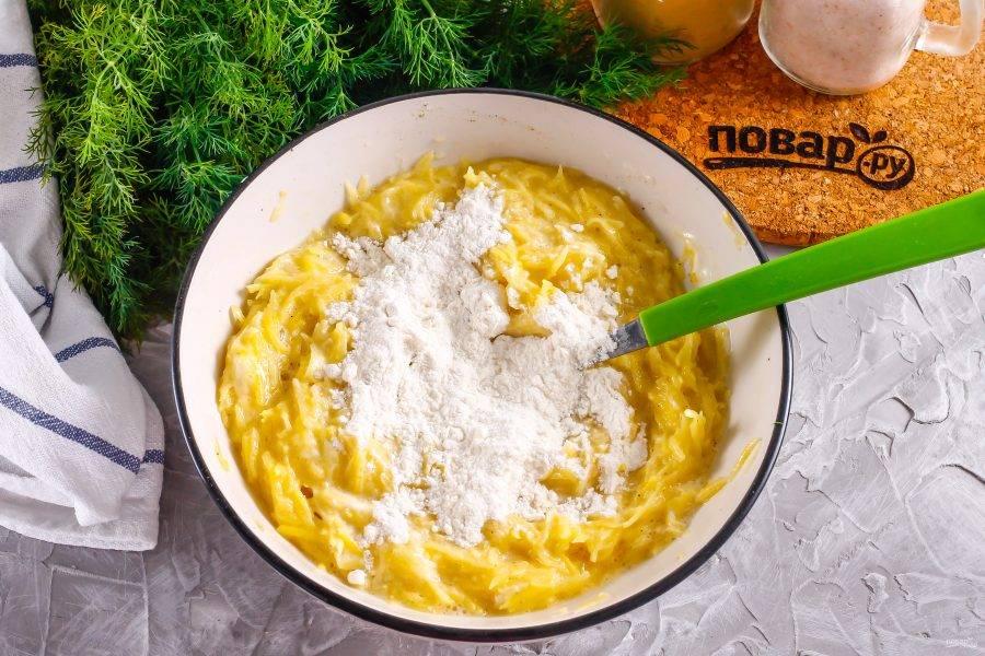 Всыпьте пшеничную муку и замесите картофельное тесто.