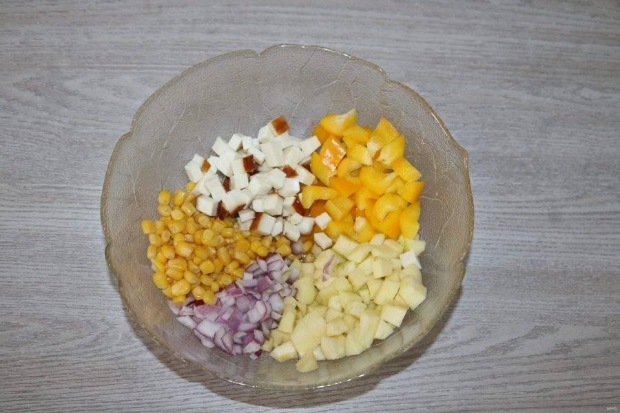 Соедените в салатнике кукурузу, нарезанные яблоки, сыр, лук, перец.