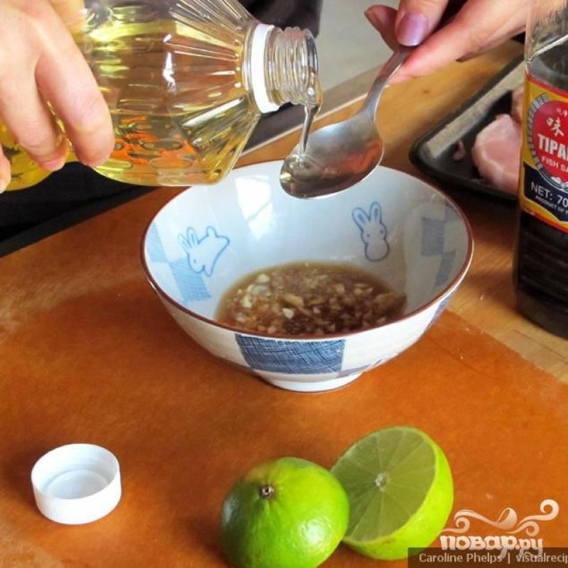Смешиваем в небольшой миске мелко нарезанный чеснок, рапсовое масло, рыбный соус, лимонный сок и имбирь.
