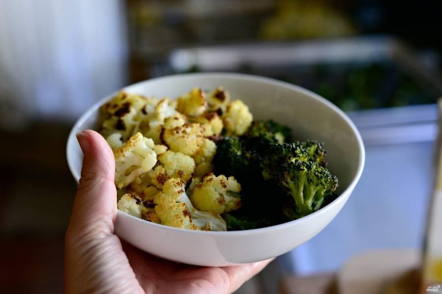 Шаг 4. Отложите немножко (примерно 1/4) брокколи и цветной капусты. Они пригодятся потом для украшения нашего готового блюда!