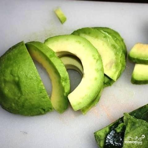 Авокадо чистим и нарезаем на толстые полукольца.