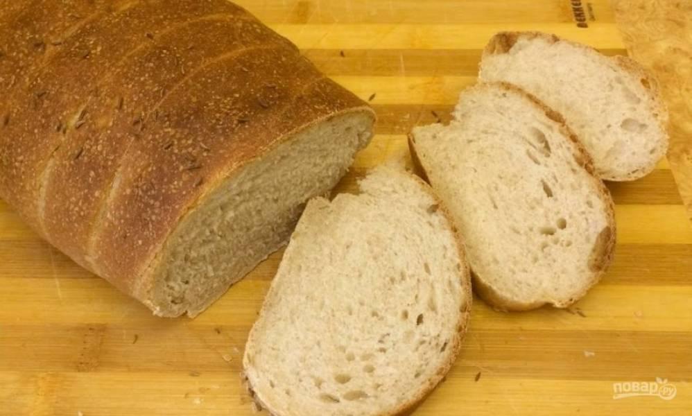 7. Перед выпечкой смажьте батон чаем и посыпьте тмином. Выпекайте хлеб 35 минут в разогретой до 180 градусов духовке. Полностью остудите хлеб на решетке. Приятного аппетита!