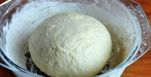 5. Полученное тесто необходимо накрыть и отставить в теплое место примерно на 1 час. Наш простой рецепт приготовления теста для пирожков без яиц готово и ждет, когда из него начнут делать выпечку!