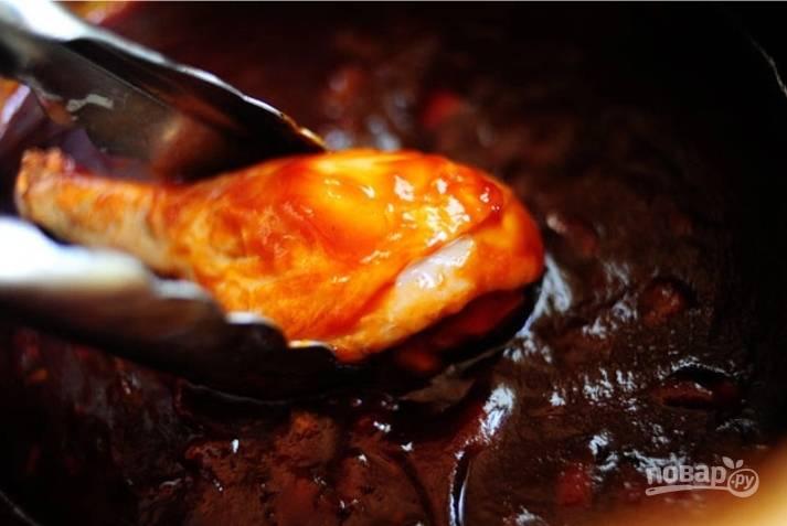 Куриные ножки, когда они остынут, обмакните хорошенько в соус.