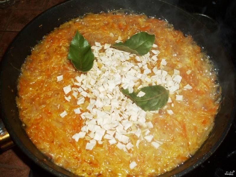 3. Теперь на той же сковороде обжарим измельченные лук и морковку, сюда же - давленный чеснок и измельченный сельдерей. Когда обжарится, вливаем немного бульона из кастрюли, добавим специи, и доводим до кипения. Затем эту смесь перекладываем в кастрюлю.