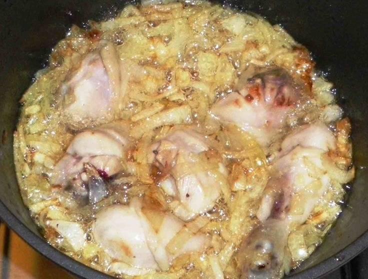 Куриные голени промываем, вытираем насухо и выкладываем в казан к луку, жарим все вместе еще несколько минут.