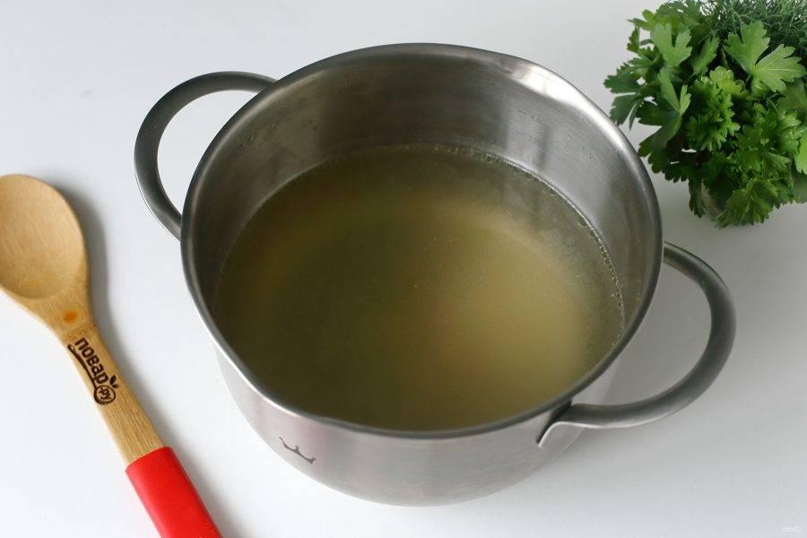 Когда бульон будет готов, процедите его, а мясо отделите от костей и порежьте кусочками.