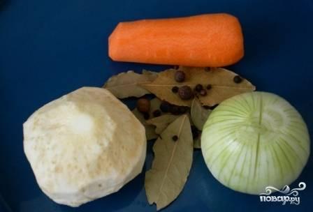 Очистим все овощи. Когда бульон закипит, соберем пенку и добавим в него луковицу, морковку, корень сельдерея и перец. Варим бульон часа 2. Через полтора часа добавим в бульон пол-ложки соли и лавровый лист.