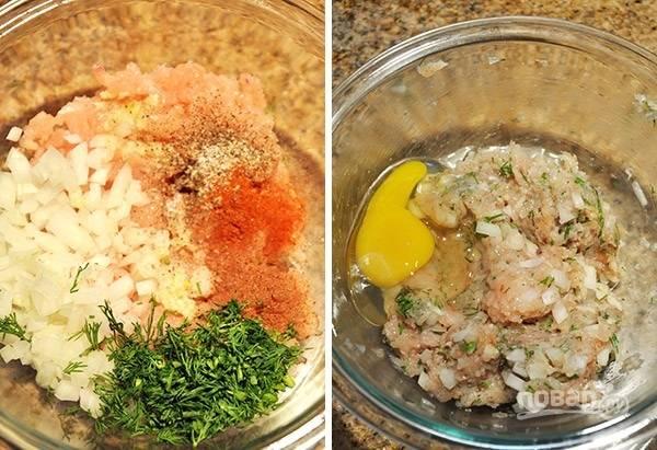 4. Пока варятся овощи, можно заняться фрикадельками. В мисочку выложите фарш, добавьте измельченный лук и зелень, соль и специи по вкусу. Вбейте яйцо.