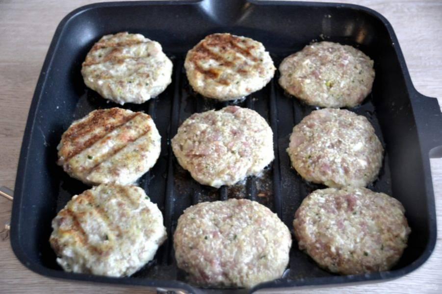 Обжарьте котлеты в разогретой сковороде на растительном масле с обеих сторон до готовности. Если есть сковорода-гриль, то обжарьте на такой сковороде, чтобы получились аппетитные румяные полоски.
