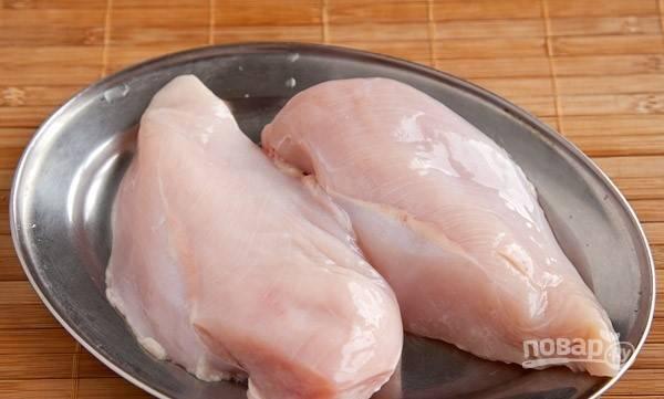 Куриную грудку вымойте под проточной водой, обсушите ее бумажными полотенцами. Зачистите филе от пленок. Вам понадобится одна половинка.