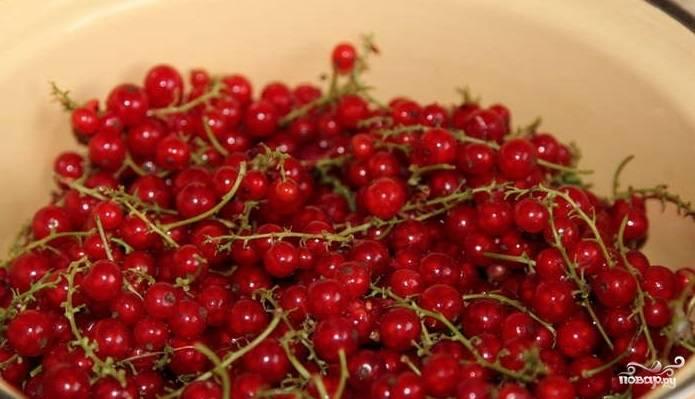 1. Промойте красную смородину. Можно не очищать ягоды от хвостиков, сразу сложить их в емкость для варки джема.