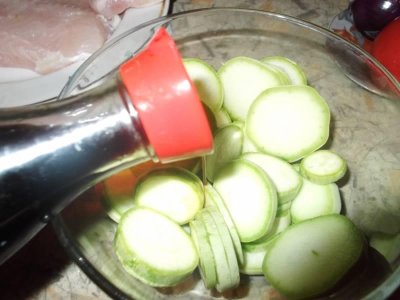 Режем кольцами кабачок, заливаем соевым соусом и даем немного постоять.