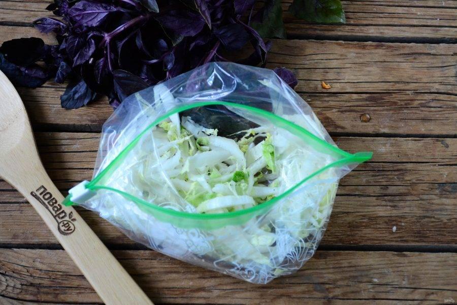 Капусту мелко нашинкуйте, посолите и положите в пакет. Закройте пакет и хорошенько помните, чтобы капуста отмякла.
