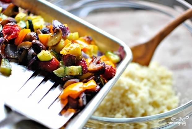 14. Овощи достаньте из духовки, присыпьте щепоткой перца и переложите в салатник.