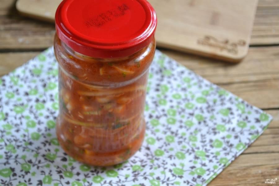 Лук в томатном соке на зиму готов. Храните баночки в темном прохладном погребке или в кладовке.