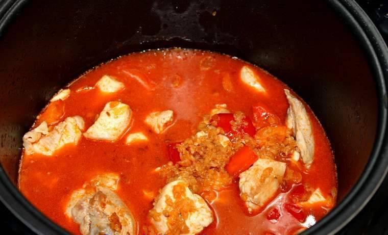 5. Я обычно делаю крупу недоготовленной, чтобы довести ее до готовности вместе с курицей. Добавляем томатную пасту, отправляем курицу обратно к овощам и булгуру и заливаем небольшим количеством воды.  Теперь ждем, пока каша с курицей приготовится.