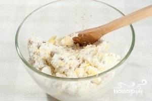 Отделите белки от желтков. К творогу добавьте изюм, один желток, сахар и манку. Перемешайте.