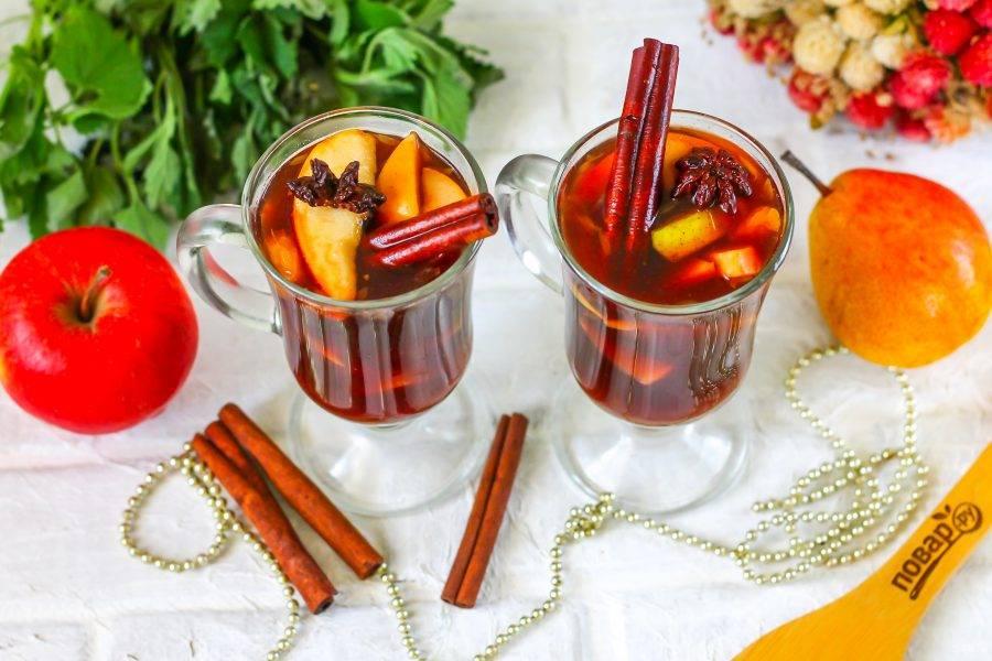 Горячий глинтвейн из мультиварки разлейте в стаканы или чашки вместе с фруктами, подайте к столу горячим.