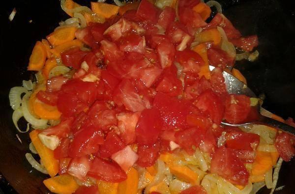 Добавляем помидоры (без шкурки).