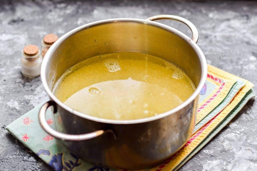 Залейте стакан пшена двумя стаканами воды, поставьте на огонь и доведите до кипения.