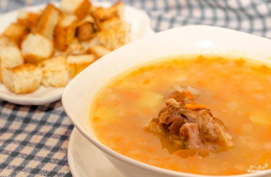 Раскладываем суп по тарелкам, украсив сухариками. Приятного аппетита!