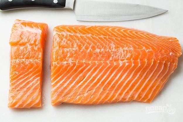 1.Вымойте рыбное филе, затем оботрите салфеткой и разрежьте на 4 кусочка.
