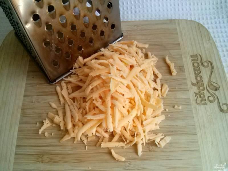 7.     Сыр натрите на крупной терке.
